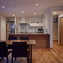 高台に建つ家: toki Architect design officeが手掛けたダイニングです。