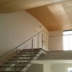 Moradia em Troia: Escadas  por Pedro de Almeida Carvalho, Arquitecto, Lda,Moderno Ferro/Aço