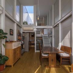 『』の家: 山本嘉寛建築設計事務所 YYAAが手掛けたリビングです。