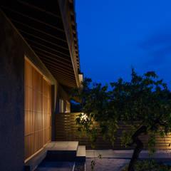 杵築の家: 柳瀬真澄建築設計工房 Masumi Yanase Architect Officeが手掛けたアプローチです。