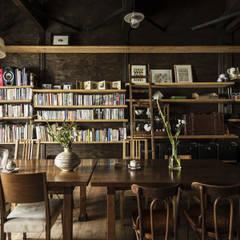 Cafe Franz Kafka: 山本嘉寛建築設計事務所 YYAAが手掛けた商業空間です。,ラスティック 木 木目調