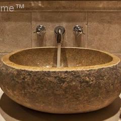 Umywalka z otoczaka - umywalka z kamienia polnego w łazience: styl , w kategorii Łazienka zaprojektowany przez Lux4home™