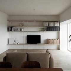 引き算の家: 山本嘉寛建築設計事務所 YYAAが手掛けたリビングです。