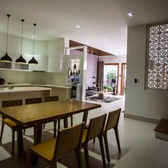 Mẫu Thiết Kế Nhà 4 Tầng 8x12m Hướng Tây Luôn Mát Mẻ Ở Gò Vấp:  Tủ bếp by Công ty TNHH Xây Dựng TM – DV Song Phát,