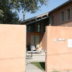 Vista dalla stradina: Casa di campagna in stile  di Massimo Berto Architetto