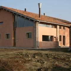 Lato Est: Casa di campagna in stile  di Massimo Berto Architetto