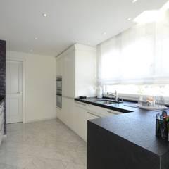 Renovation Penthouse: klassische Badezimmer von adriano@kraenzlin.com