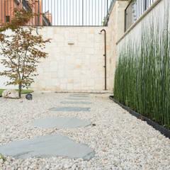 Un giardino moderno: Giardino in stile  di AbitoVerde