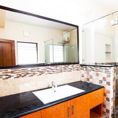 Saravanan Residence:  Bathroom by M/s Studio7 Architects
