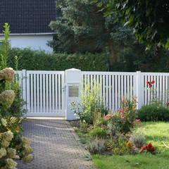 Jardines en la fachada de estilo  por Nordzaun