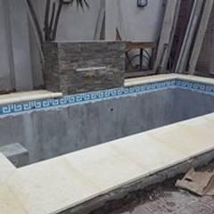 Proyecto de pileta con cascada y jacuzzi en Buenos Aires Jardines tropicales de Laura Avila Arquitecta - Ciudad de Buenos Aires Tropical Hormigón