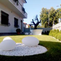 Jardines en la fachada de estilo  por msplus architettura