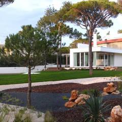 Casa 7 Qtª da Marinha - Cascais – Habitação unifamiliar: Jardins  por Triplinfinito arquitetura, design e vídeo Lda