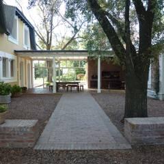 Remodelación y Ampliación de Casa de Campo en Buenos Aires por Estudio Dillon Terzaghi Arquitectura: Jardines de invierno de estilo  por Estudio Dillon Terzaghi Arquitectura - Pilar