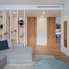 Un appartamento moderno con un giusto mix di materiali di recupero: Ingresso & Corridoio in stile  di QUADRASTUDIO