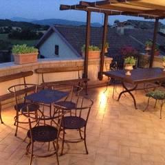Dettagli di una casa di campagna: Terrazza in stile  di Au dehors Studio. Architettura del Paesaggio