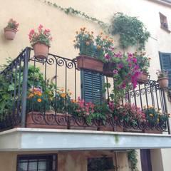 Balconcino di paese: Terrazza in stile  di Au dehors Studio. Architettura del Paesaggio