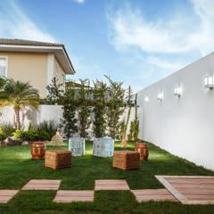 Área de Lazer - Vilas do Atlântico: Jardins rústicos por DUE Projetos e Design