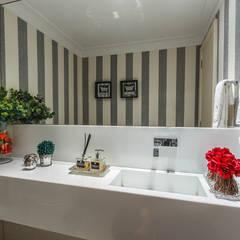 Apartamento Renaissence: Banheiros minimalistas por DUE Projetos e Design