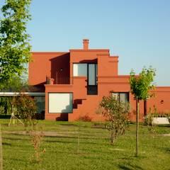 Nhà đồng quê by Estudio Dillon Terzaghi Arquitectura