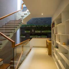 Mẫu Thiết Kế Nhà 4 Tầng 8x12m Hướng Tây Luôn Mát Mẻ Ở Gò Vấp:  Cầu thang by Công ty TNHH Xây Dựng TM – DV Song Phát