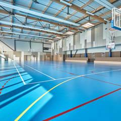 SALLE DE SPORT_STEENWERCK: Stades de style  par AVANTPROPOS