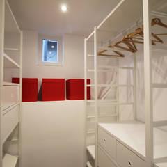 CHAMBRE DE BONNE A STRASBOURG: Dressing de style de style Moderne par Agence ADI-HOME
