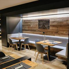 RISTORANTE A CORVARA: Bar & Club in stile  di RI-NOVO