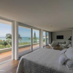 Casa cuatro : Dormitorios de estilo minimalista por Diego Jobell Arquitectos