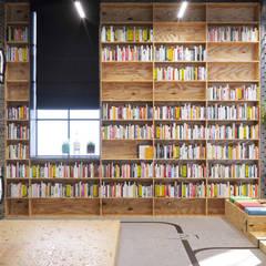 Дизайн демонстрационного зала с библиотекой - офис IT-компании: Офисы и магазины в . Автор – Art-i-Chok