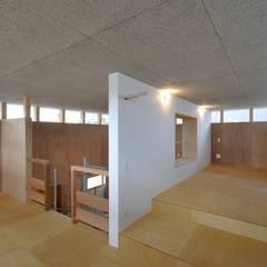 周のいえ 〜螺旋階段を中心に周る360度の窓〜: ツジデザイン一級建築士事務所が手掛けた小さな寝室です。,インダストリアル