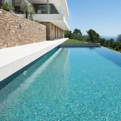 Vue depuis la piscine : Piscines à débordement de style  par Raphaël Henry-Biabaud