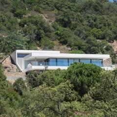 Intégration , vue de loin .: Villa de style  par Raphaël Henry-Biabaud