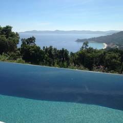 Villa F Cap Nègre: Piscines à débordement de style  par Raphaël Henry-Biabaud