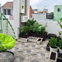 Chủ nhà đã lựa chọn trồng rau xanh, các loại cây bụi nhỏ tại sân thượng.:  Hiên, sân thượng by Công ty TNHH Thiết Kế Xây Dựng Song Phát