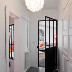 duplex : Couloir et hall d'entrée de style  par la beau d'architecture