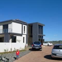 Casas unifamiliares de estilo  por AH Architects, Moderno