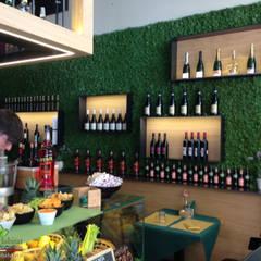 BAR CON GIARDINO VERTICALE: Cucina attrezzata in stile  di Green Habitat s.r.l.