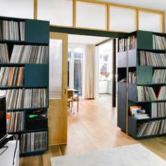 Ensuite:  Woonkamer door Kevin Veenhuizen Architects