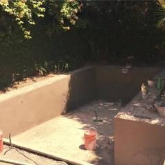 Proceso de construccion de Pileta: Piletas de jardín de estilo  por M2 Arquitectura