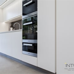 Contemporary Shark's Nose Kitchen:  Built-in kitchens by Intuo