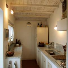 ristrutturazione casa vacanza: Cucina in stile  di Della Bona & Fiorentini Studio di Architettura