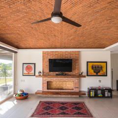 Casa Ajijic I: Salas multimedia de estilo  por René Flores Photography,