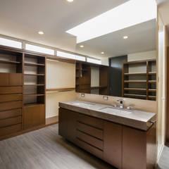 Baño Vestidor Recámara Principal: Vestidores y closets de estilo moderno por René Flores Photography