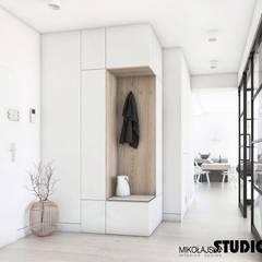 hall w bieli: styl , w kategorii Korytarz, przedpokój zaprojektowany przez MIKOŁAJSKAstudio