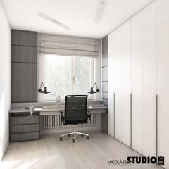 zaciszny gabinet: styl , w kategorii Domowe biuro i gabinet zaprojektowany przez MIKOŁAJSKAstudio