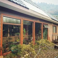 Diseño de Jardín interior de casa en Rio Claro: Jardines de invierno de estilo  por casa rural - Arquitectos en Coyhaique, Rural Derivados de madera Transparente