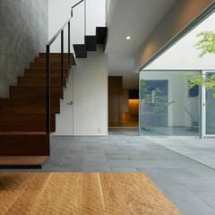 US 二つの中庭とテラスのある家: 山縣洋建築設計事務所が手掛けた階段です。