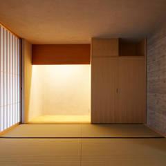 KKW 庭を巡るスロープのある家: 山縣洋建築設計事務所が手掛けた階段です。