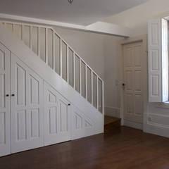 Aproveitamento do vão das escadas: Salas de jantar  por José Melo Ferreira, Arquitecto